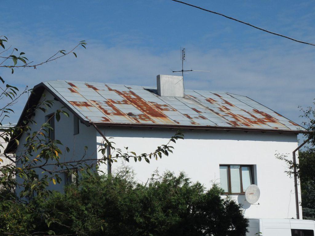 Корозія на металевому нефарбованому даху