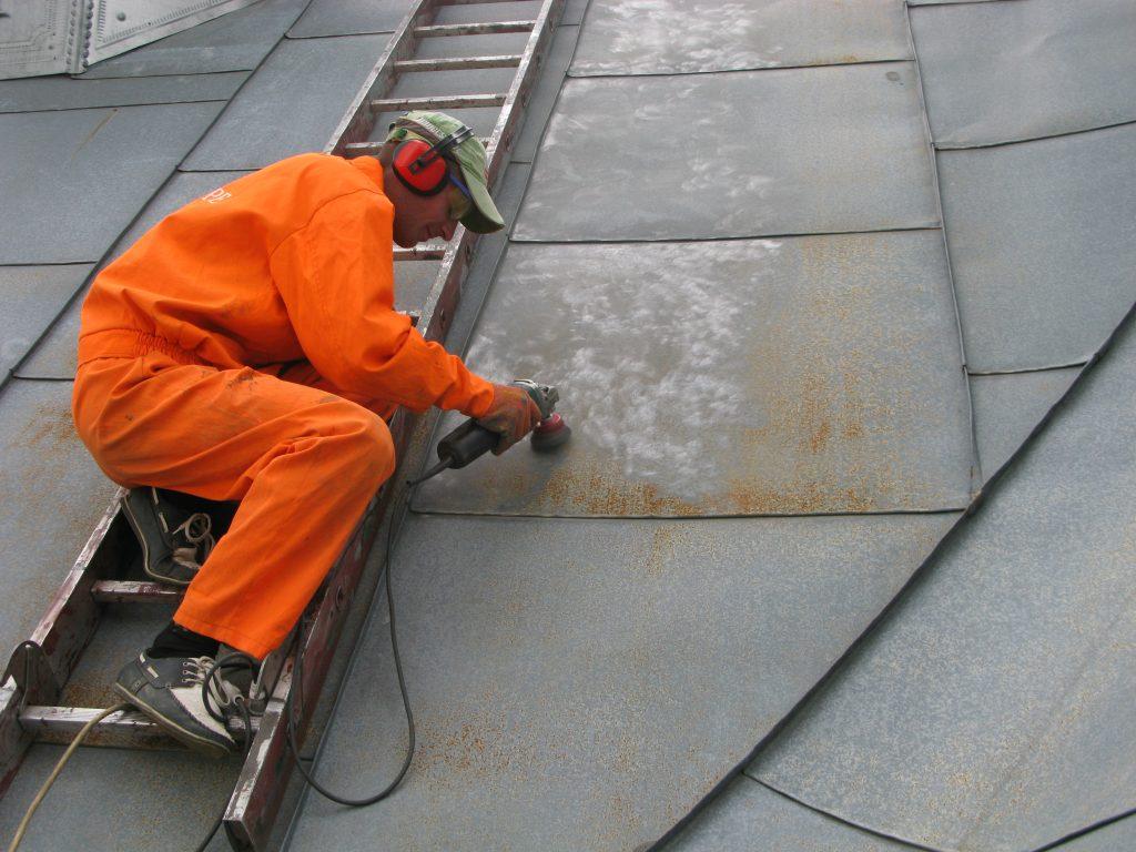 Очищення даху від корозії